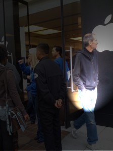 steve jobs sale de la una tienda de apple